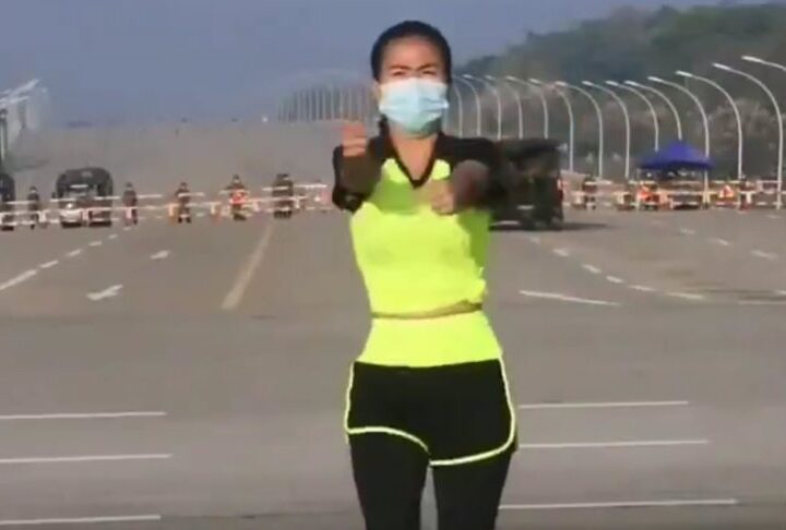 Viral βίντεο με μια νεαρή κοπέλα στη Μιανμάρ να κάνει αερόμπικ με φόντο το πραξικόπημα