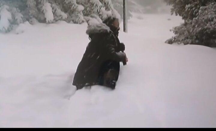 Για πλάκα ο δημοσιογράφος περπατούσε με τα γόνατα στο χιόνι. Δεν έχετε χιούμορ..