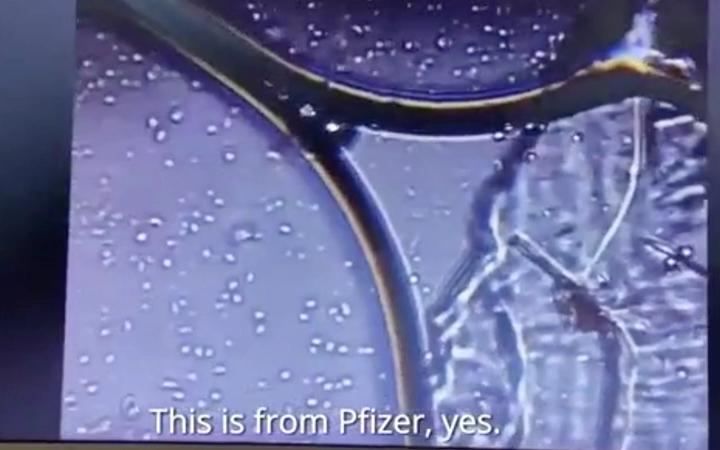 Μικροσκόπιο δείχνει ζωντανούς μικροοργανισμούς σε εμβόλιο της Pfizer; (βίντεο)
