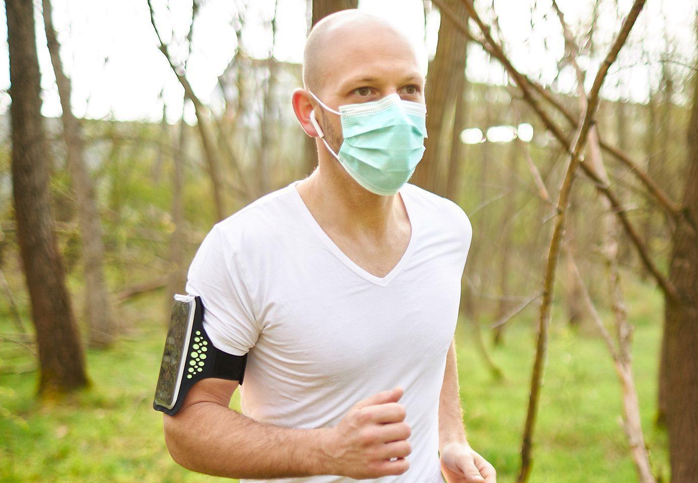 Άντρας υπέστη έκρηξη πνεύμονα αφού έτρεξε 2,5 μίλια  φορώντας μάσκα.