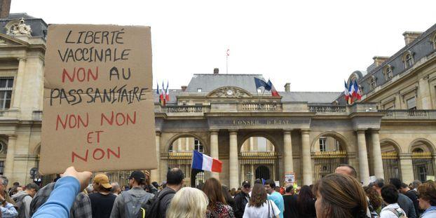 Εξέγερση στη Γαλλία: Μάχες σώμα με σώμα αστυνομίας – διαδηλωτών για τους αναγκαστικούς εμβολιασμούς