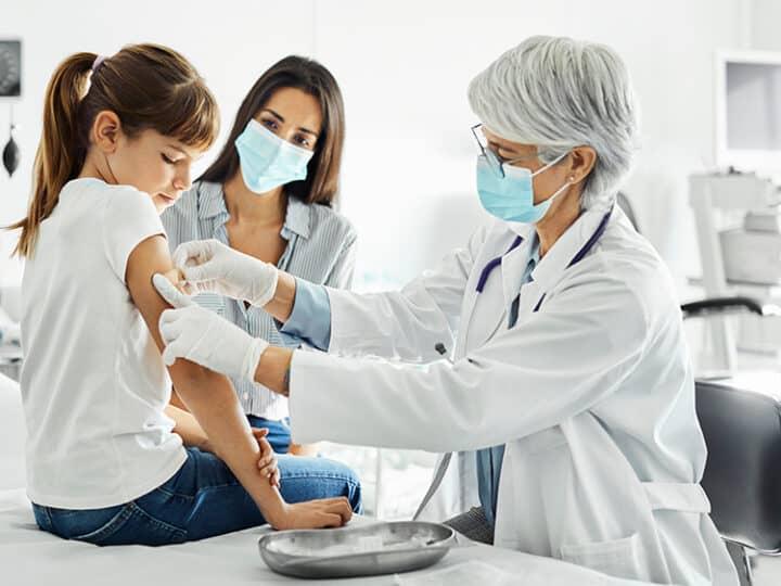 Μαζική ψύχωση! Η «επιστήμη» ισχυρίζεται ότι τα εμβολιασμένα άτομα πρέπει να προστατεύονται από τους μη εμβολιασμένους …