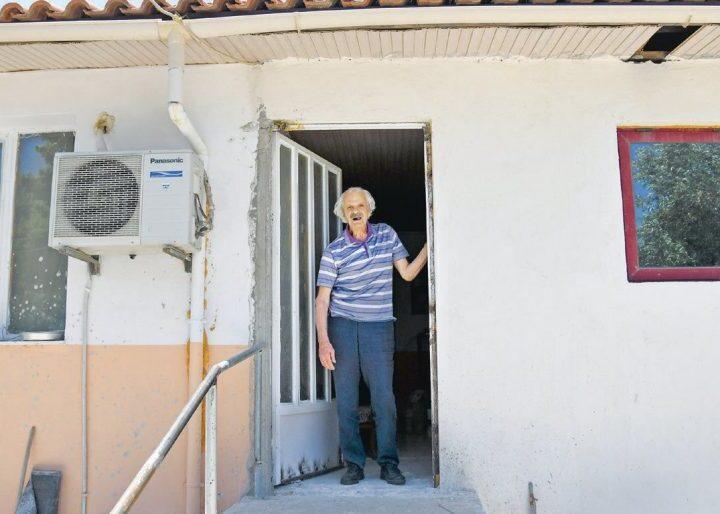 Σε δραματική κατάσταση ο Σπύρος Φωκάς – Ζει σε προκάτ με 600 ευρώ σύνταξη